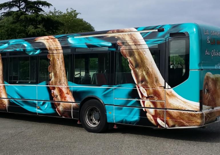 One Way Vision autóbusz üvegre, kiegészítve 2D és 3D autódekor fóliával
